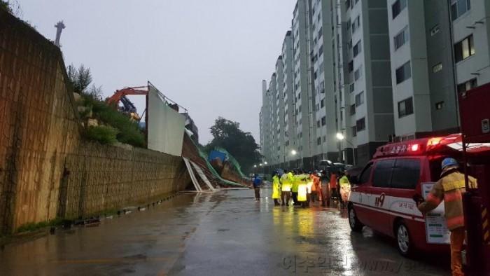 집중호우에 여수 문수동 신축 아파트 옹벽 붕괴...jpg