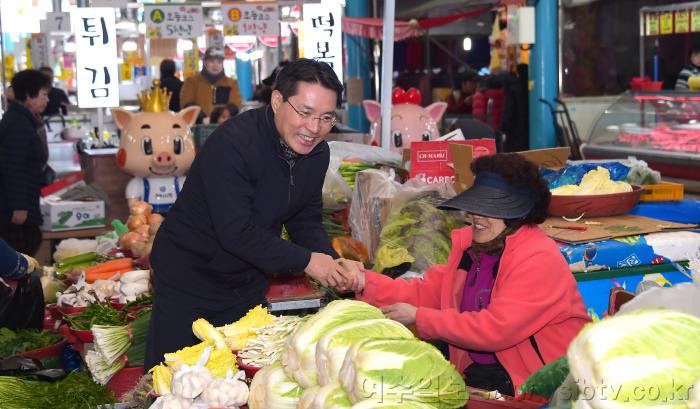 [크기변환]-시장 찾은 시민들 권시장 전통시장 이용에 대한 감사 인사.png