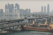 러시아 화물선, 운항 중 부산 광안대교 충돌